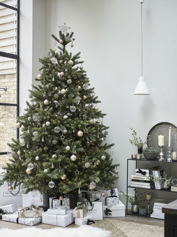 20 Gorgeous Christmas Tree Decoration Ideas - Modern Simple Tree